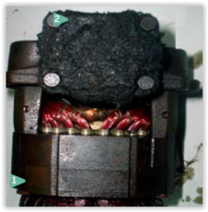 no compressor acima, há manchas de corrosão (seta 1) no estator feito de aço, fruto da umidade. aborra (seta 2) que está na tampa do cilindro é formada pela degradação do lubrificante, processo chamado de 'carbonização do óleo'. assim, o óleo perde sua capacidade de lubrificar o compressor e, associado a essa borra, pode levar ao trancamento do compressor.